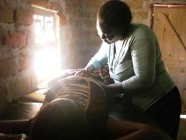 農村で妊婦の健診をするアルバティーナさん