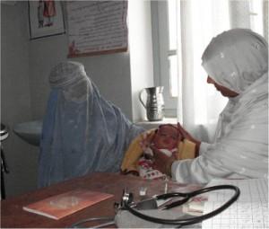 カレゼ・カビールクリニックにて診察を受ける女性