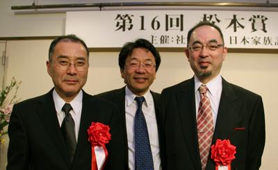 授賞の栄誉を受ける水上尚典氏(左)と秋元義弘氏(右)