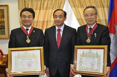 (左から)ジョイセフ鈴木常務理事、ハオ・モニラット大使、高野MCCOBA会長