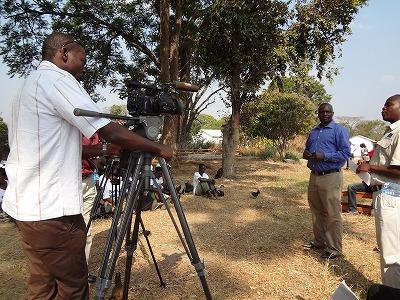今回は、ザンビアテレビの収録も行われ、安全な母性週間の好事例として私たちのプロジェクトが紹介されました。インタビューを受けているのがエドフォード・ムトゥマ・IPPFザンビア事務局長