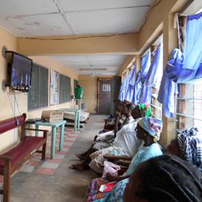 産前健診待合室にてビデオドラマを見る妊産婦