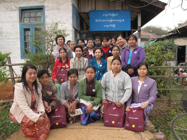 写真② チャウメーの母推さんたち、保健所の前で母子保健課長チームを囲んで