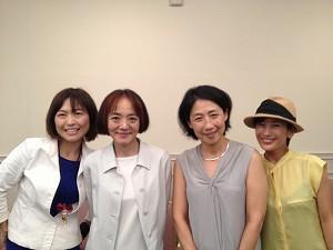 ボランティアしてくださるために東京から駆けつけてくれた、東洋英和女学院中学部高等部母の会会長の長谷川紀子さん(左から2番目)と副会長の菊池美奈さん(右から2番目)