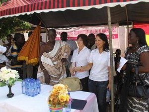 2011年12月 鍬入れ式: コトソの首長(左民族衣装の男性)、PPAG中部地域事務所長(右端女性)、ジョイセフチーム(中2人)