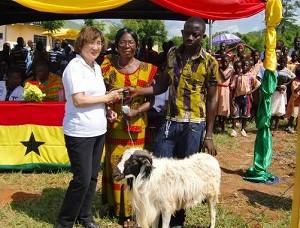2012年10月3日 開所式では、コトソの住民たちから感謝のしるしとして羊が贈呈されました。プロジェクトスタッフによってアクラに連れていかれた羊の運命やいかに?