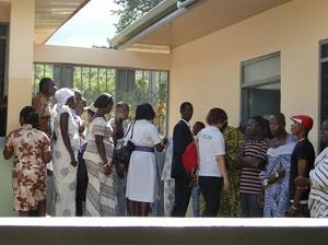 2012年10月3日 コトソ・リプロダクティブヘルスセンター開所式 地域の村人たちも含め、大勢の人々がセンターの内部を見学
