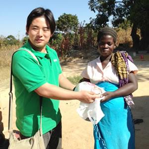 妊婦さんにサラヤ株式会社から石けんを寄贈