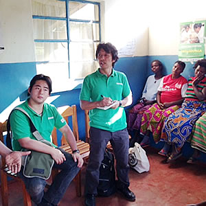 手洗いや衛生教育について村の方々にインタビュー