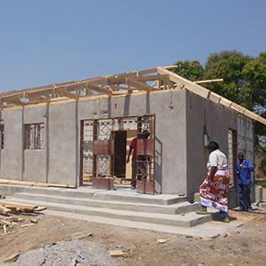 プロジェクト地区では、マタニティハウス第2号が建設中。秋には完成予定。