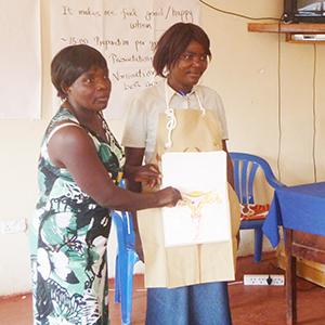 マギーエプロンを活用し、産後の女性を対象に、妊娠のメカニズムと家族計画について発表するグループ