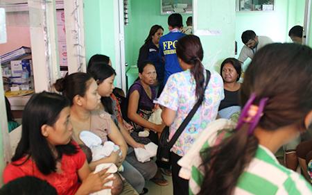 FPOP緊急医療センターで健診を待つ妊産婦(サマール州)