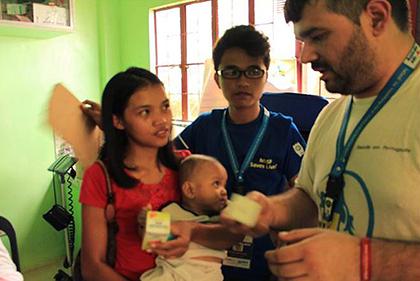 ポルトガルから派遣されたボランティア医師がFPOP医療チームと協力して新生児健診(サマール州)