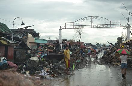 サマール州の被災状況。町は完全に破壊された