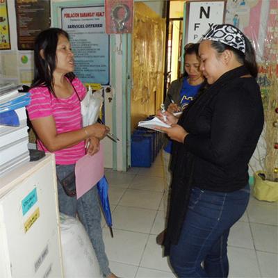 農村保健課の職員が被災者から聴き取り調査をする