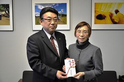 電力総連会長代理の小田部清昭様(写真左)より助成金を受け取るジョイセフの石井澄江理事長