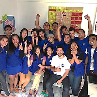 現地で活動するFPOPのスタッフとボランティア