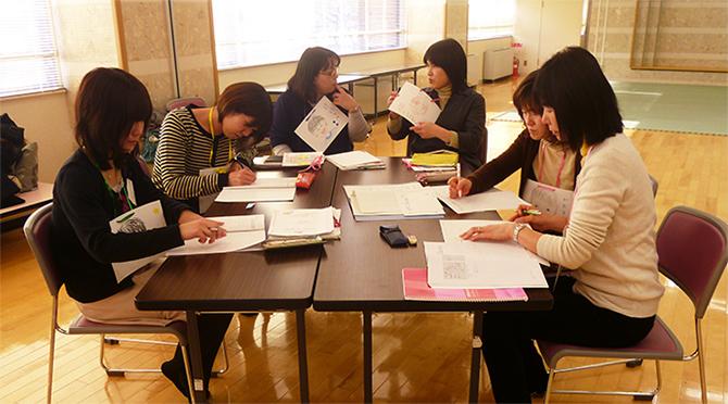 福島県郡山市にてファシリテーター養成講座を開催。 リフレッシュ・ママクラスの地域定着を目指して、保健師同士で話し合っている様子。