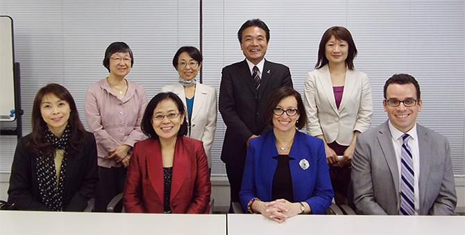 前列右からシェンスル氏、スチュワート局長、佐崎所長、上野所長補佐