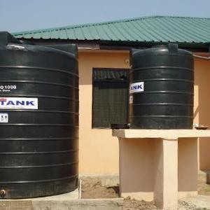 水道が通っていないため、衛生的な水の入手はとても難しい