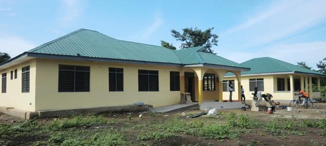 手前のアグアジクロムCHPS診療所と奥のスタッフ宿舎