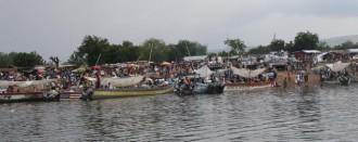コトソの市には多くの人が各地からボートに乗ってくる