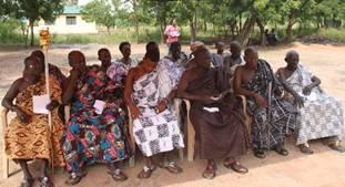 ガーナの地域リーダー(首長)が伝統的な装いで勢ぞろい