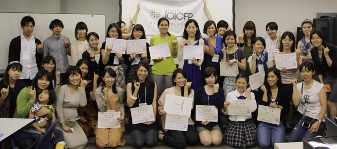 全8回中6回以上出席した13名の受講生が修了証書を手にしました。おめでとうございます!!