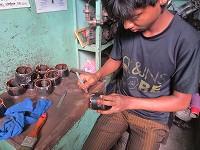 工場で働く少年