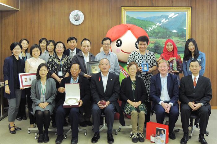 須坂市を訪問したIPPF加盟協会のアジア代表たち、 一列目左から3人目が、三木正夫須坂市長