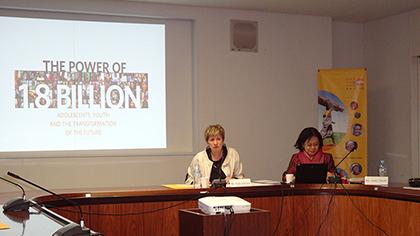 モデレータは、佐崎淳子UNFPA東京事務所長(向かって右)