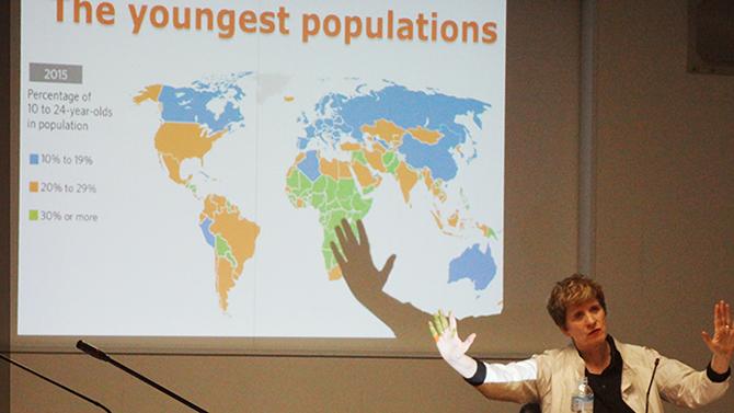 基調講演をするケイト・ギルモアUNFPA事務局次長(於国連大学、2014年11月28日)