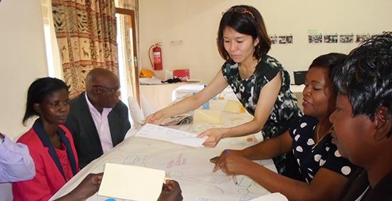参加型設計デザインを指導する遠藤幹子専門家(一級建築士)