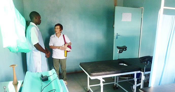 ザンビアの診療所を視察する石井