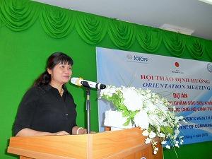 ミーティングで、プロジェクトへの期待と協力を表明する保健省母子保健局長のル・ティ・ホンさん(医師)。