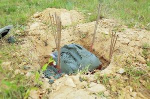 鍬入れ後に掘った穴に煉瓦とセメントを入れ、建設の安全を祈りました。