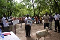 開所式。地域住民がヤギを贈呈
