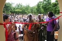 ボンクラセCHPS診療所開所式でのテープカット:地域の伝統的首長(中央)、IPPFガーナ事務局長(右)、在ガーナ日本大使館職員(左)