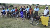 母子保健推進員(SMAG)がそれぞれの自転車とともに勢ぞろい