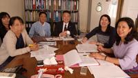 新プロジェクトのキックオフミーティング(首都ネピドーの保健省にて)、ティンギ母子保健課長(右端)及びエインダ健康教育課長(左端)とプロジェクト実施計画や今後の進め方についての検討や確認が行われました。
