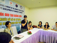 開講式に助産師研修の重要性についてスピーチをする保健省母子保健局長のル・ティ・ホン医師