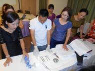 出産介助の演習準備をする参加者