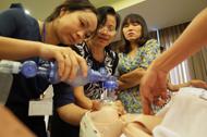 モデルを使って新生児の蘇生法を演習する様子