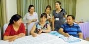 グループワークの結果をまとめる参加者と、日本助産師会の派遣専門家(山城五月氏、後列中央)ジョイセフの天池なほみプロジェクト・マネージャー(後列左)。