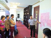 CHCでの課題解決策を提案・整理していく参加者。右側は研修講師としてファシリテーションするベトナム助産師会のグエン・バン・チ医師