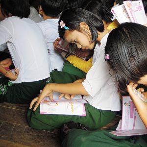 月経周期について習い、指で数えていく女子生徒