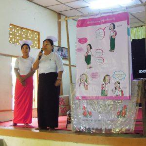 中学校の学校保健活動の一環で、月経教育を行うタウンシップ保健局の職員