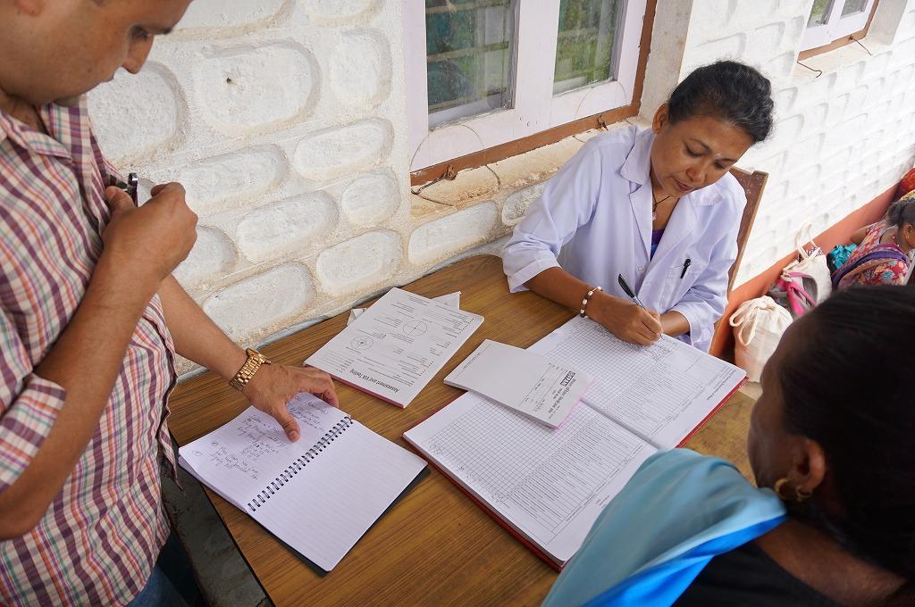 クライアント登録の様子。 震災の影響でまだ十分に機能が回復していない村のヘルスポスト(保健医療施設)を利用し、巡回医療チームとヘルスポストスタッフが協力してサービスの提供を行いました。