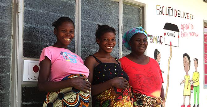 完成したばかりのマタニティハウスに宿泊する妊婦さんと母子保健推進員