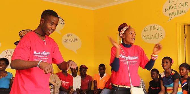 若者向けにHIV予防についてのセッションを行うピアエデュケーター
